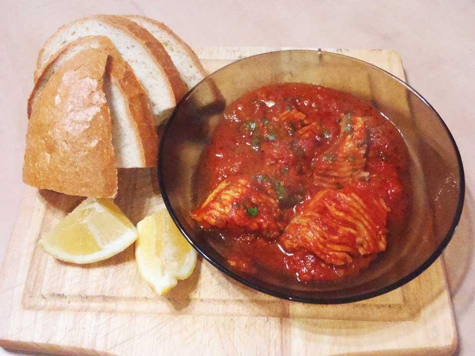 דג אמנון ברוטב איטלקי של עגבניות ופסטו