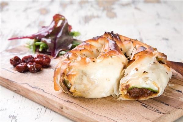 שבלול פילו – מאפה תרד גבינות וממרח עגבניות שרי מיובשות של פרסקו