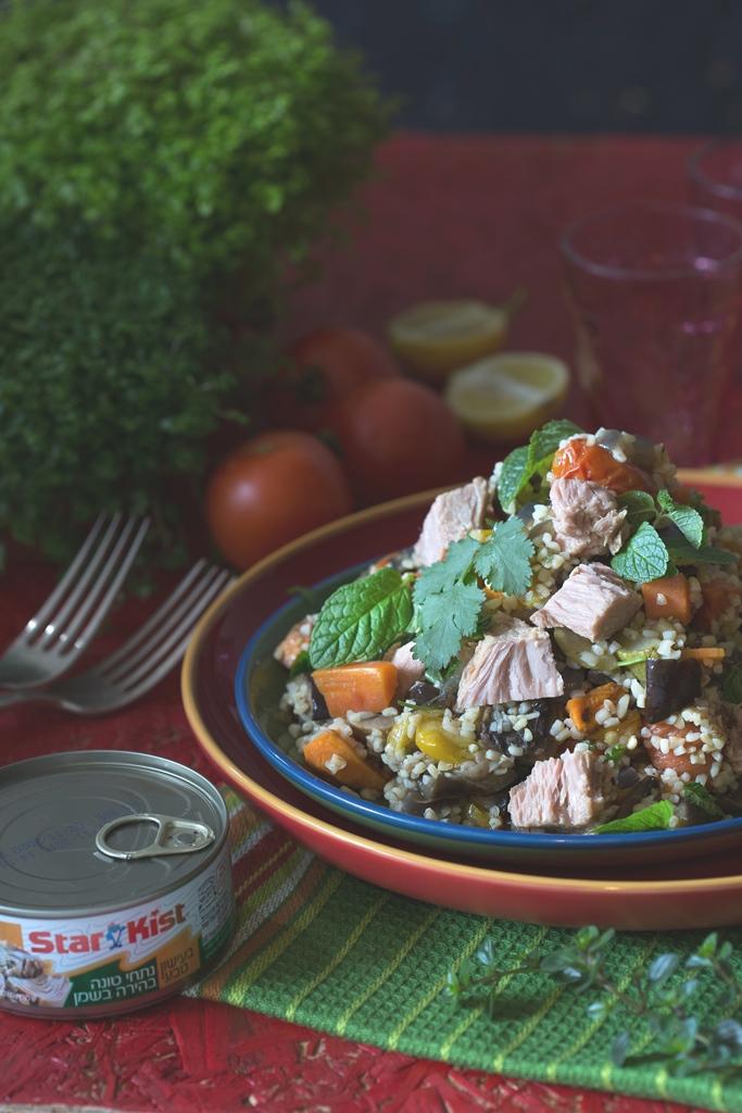 סלט בורגול וירקות צלויים בליווי טונה מעושנת