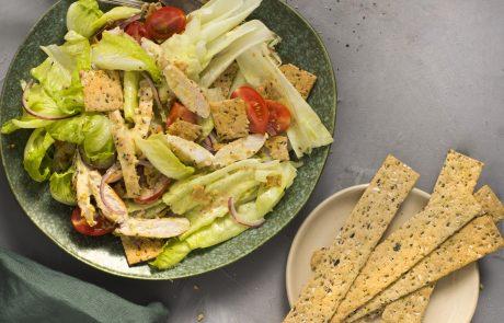 מתכון קייצי ומרענן סלט קיסר עם פניני קרקר דגנים ורצועות עוף