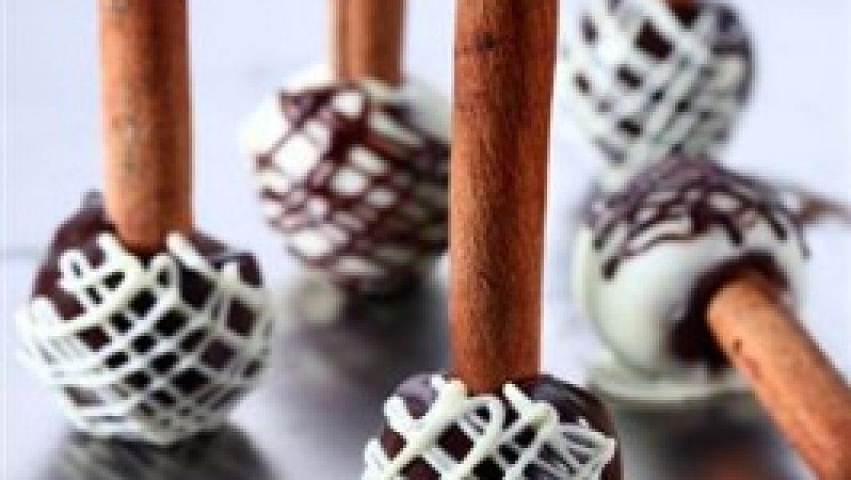 מתכון לפסח: פטיפור קוקוס ושוקולד לבן בציפוי שוקולד על מקל קינמון