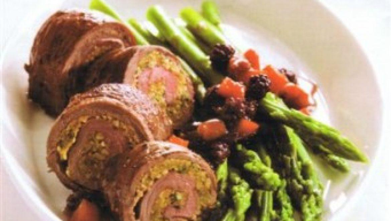 רולדת בקר במילוי אגוזי קשיו, מוגשת ברוטב דובדבנים