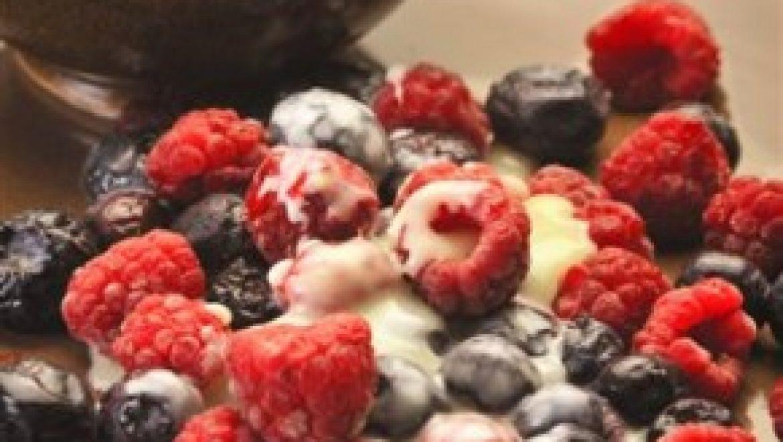 מתכון לשבועות: פירות יער עם שוקולד לבן חם