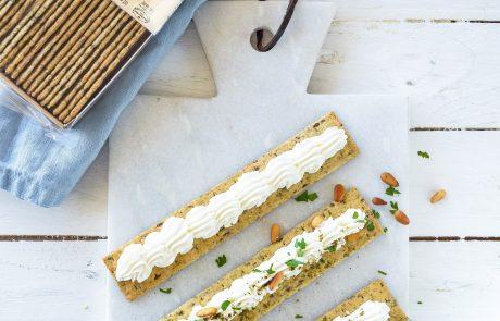 פניני קרקר דגנים מלאים עם זילוף  גבינת שמנת.