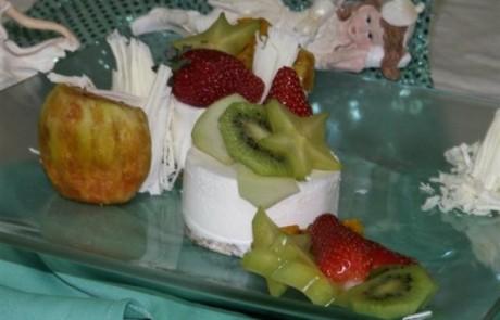 מתכון לעוגת גבינה קרה בשילוב פירות ושוקולד לבן