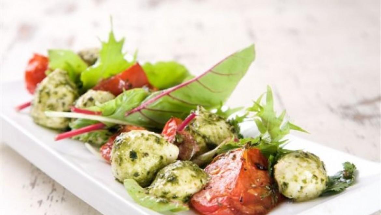 סלט מוצרלה במרינדת פסטו פרסקו ועגבניות שטח צלויות