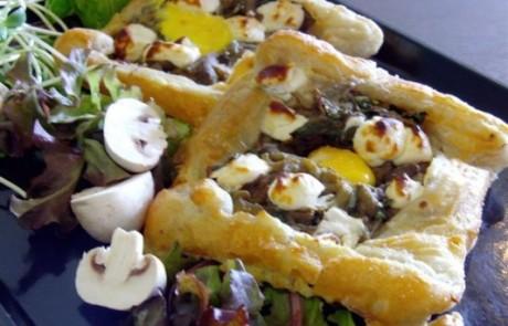 מתכון לשבועות: בצק עלים במילוי חצילים, עשבי תיבול, גבינת פטה וחלמון
