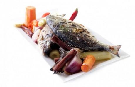 מתכון לראש השנה: דג שלם אפוי בתנור עם תפוחי עץ, מקלות קינמון, ירקות שורש ופתיתי מלח רוזמרין