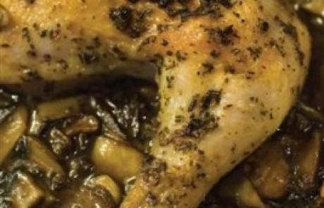 עוף בתנור מכוסה בהר של פטריות עם רוטב טריאקי