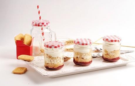 מתכון חלבי לשבועות: עוגת גבינה פירורים בשכבות