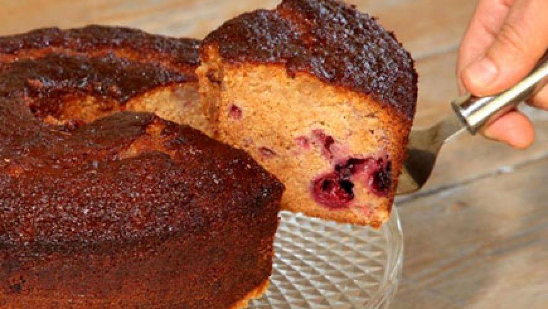 מתכון לראש השנה: עוגת דבש ופירות יער