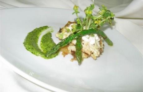 פילה דג בנגיעות קרם אגוזים, רוטב כוסברה ואספרגוס צרוב