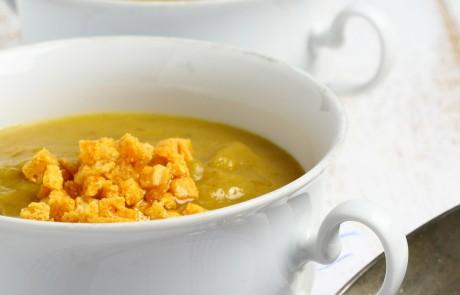מרק ירקות שורש עם שעועית וקרוטונים