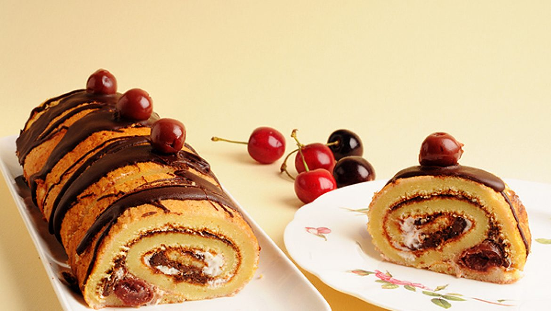 מתכון לעוגת רולדה במילוי קרם טחינה שוקולד ודובדבנים
