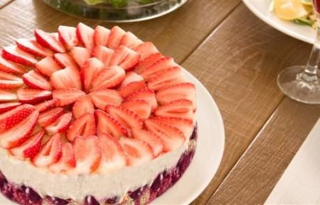 מתכון עוגת גבינה ללא אפייה עם תותים ופירות יער
