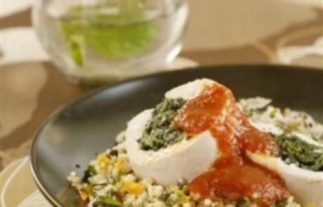 עוף ממולא בדלעת ותרד ברוטב עגבניות ובזיליקום על מצע קוסקוס