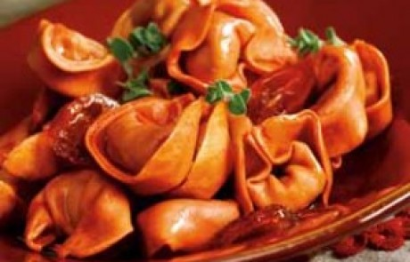 טורטליני גבינה ועגבניות מיובשות ברוטב פלפלים קלויים