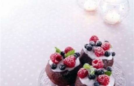 סופגניית שוקולד במילוי קרם פירות יער