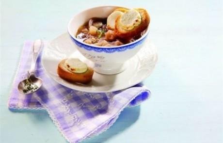 מתכון לשבועות: מרק בצל עם טוסטוני גבינת עיזים