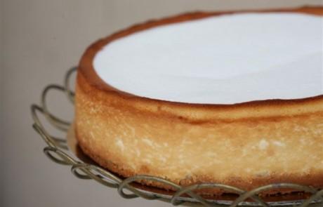מתכון לעוגת גבינה אפויה בציפוי שמנת
