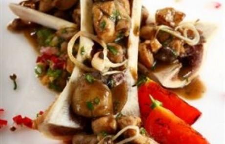מתכון לראש השנה: רגו שקדי עגל ופטריות יער, מח עצם ועגבניות שרי צלויות