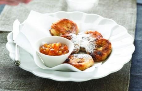 לביבות גבינה וצימוקים עם שמנת ומרקחת תפוז