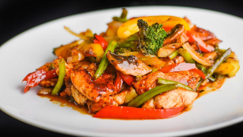 מתכון ירקות ועוף מוקפצים על הפלנצ'ה