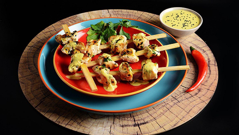 מיני שיפודי עוף אינדונזיים בסאטאי טחינה ודבש