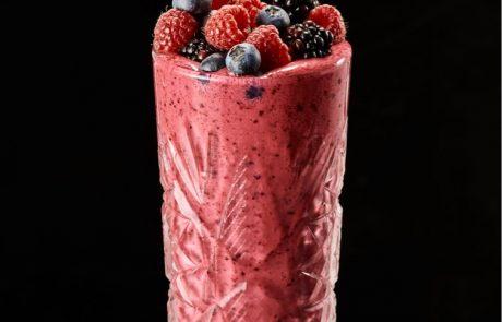 משקה קיץ בריאות – פירות יער ויוגורט כבשים